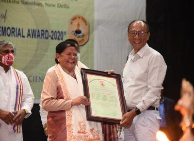 कृष्णचंद्र गांधी पुरस्कार श्रीमती दिकी दोमा भूटिया को प्रदान किया गया।